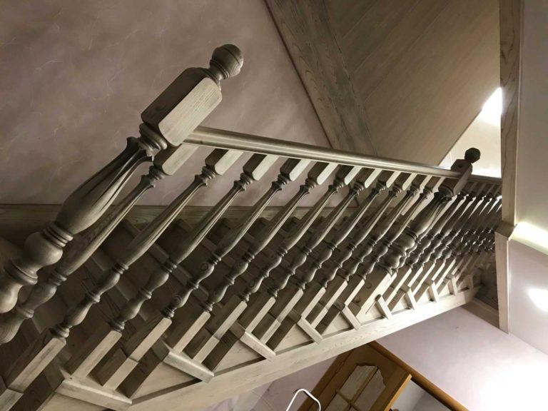 Одномаршевая лестница из массива дерева Ильм