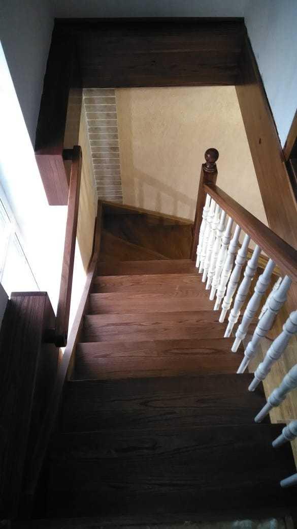 Лестница без подступенников из массива дерева Ильм