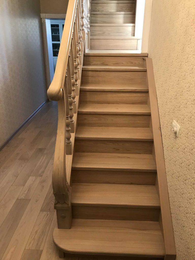 Лестница из массива дерева Ильм