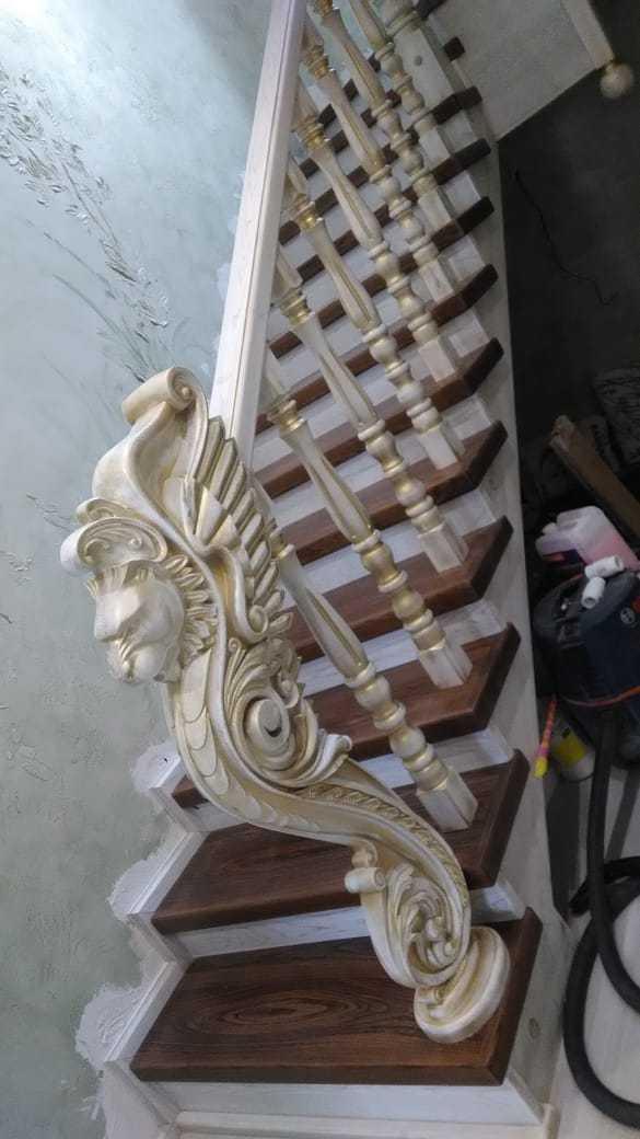 Лестница из массива дерева Ильма с резным столбом «Грифон»