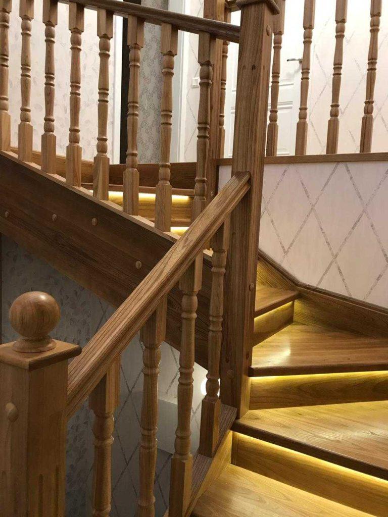 П-образная лестница с подсветкой