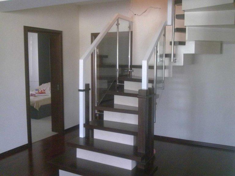 Деревянная лестница с забежными ступенями и поворотом на 180 градусов