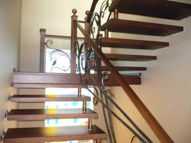 Двухмаршевая лестница с кованными ограждениями