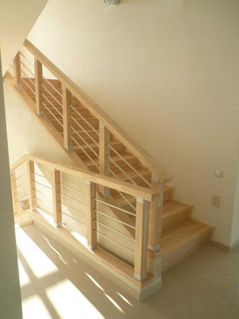 Лестница на 2й этаж из массива сосны
