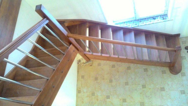 Деревянная лестница с хромированным ограждением