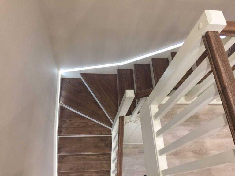 Одномаршевая П-образная лестница с поворотом на 180 градусов и светодиодной подсветкой