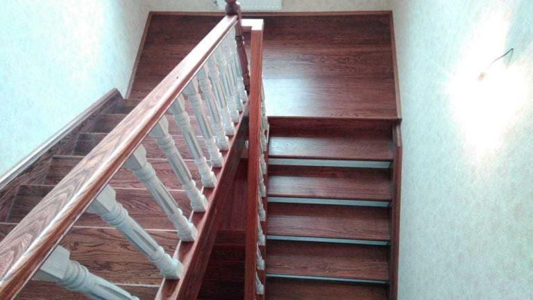 П-образная лестница из массива Ильма  с резными ограждениями