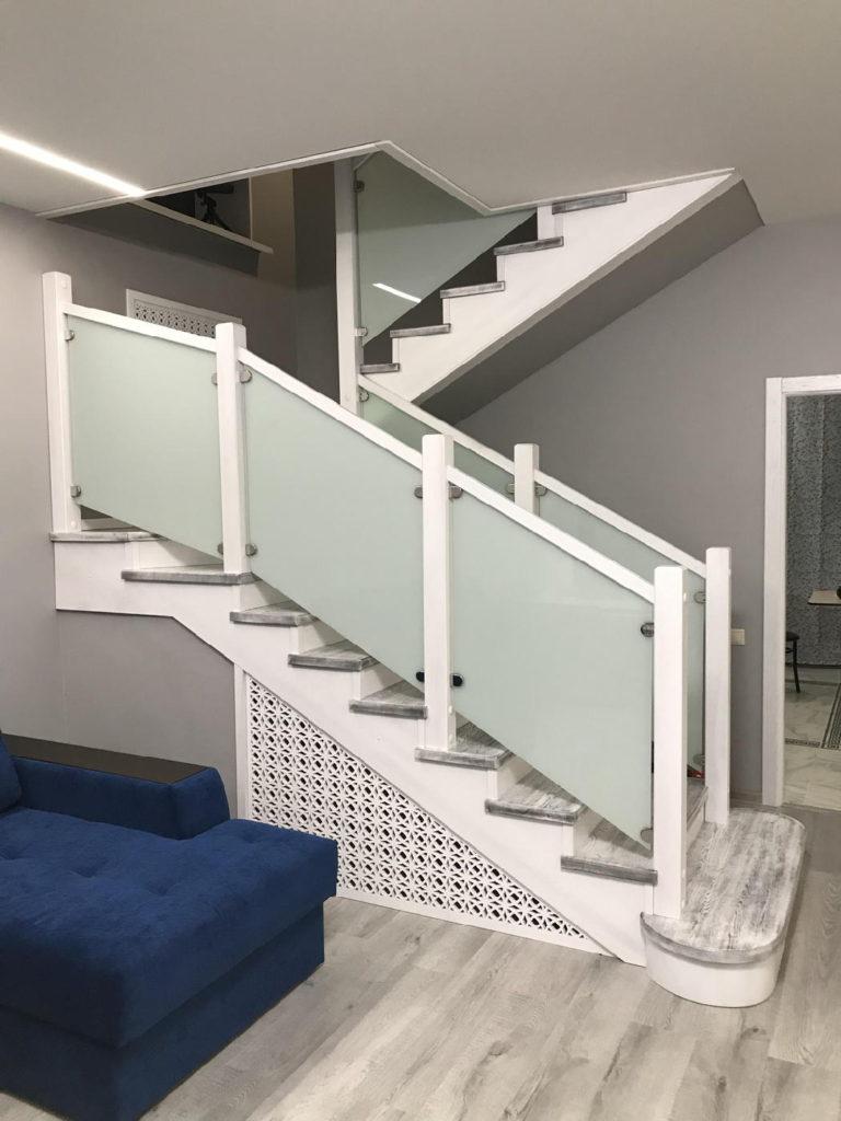 П-образная лестница из массива Ильма, с матовым стеклянным ограждением